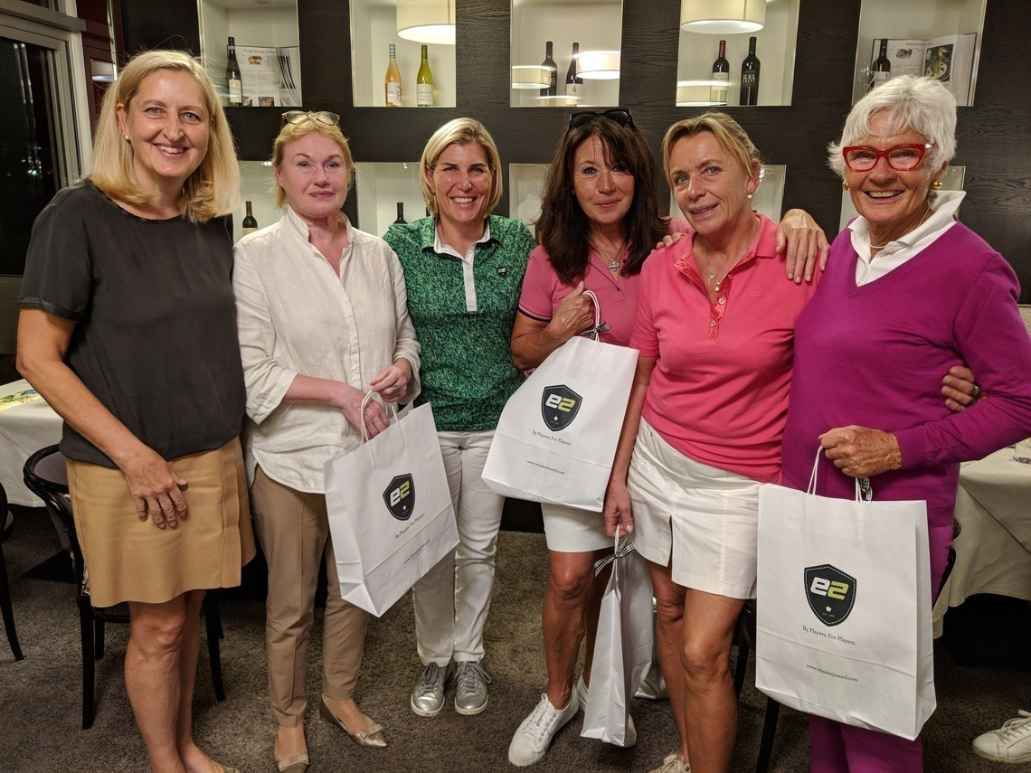 Die Scramble-Gewinnerinnen bekamen von Lisl Esterl, Mitte im grünen Polo, eine reich gefüllte Tüte als Preis. Links Karin Hoyler, rechts Jutta Hempel, die mit drei Gästen an den Start gegangen war.