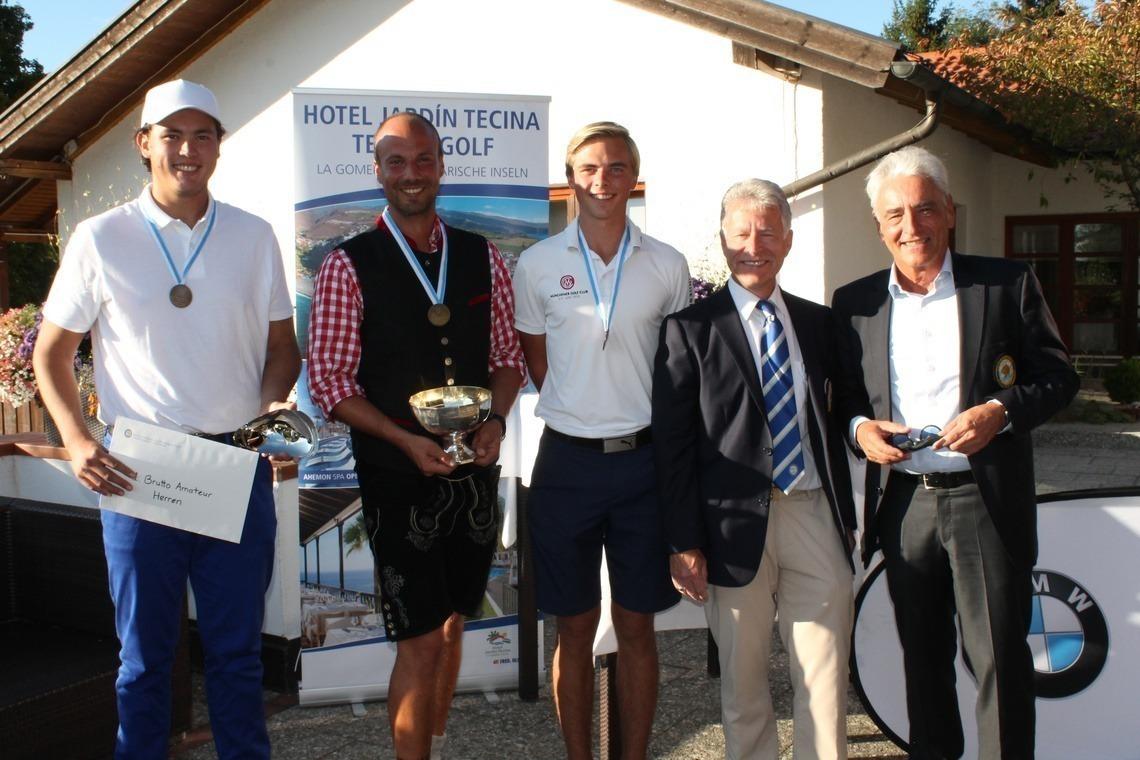 Passend zum Oktoberfest nahm Sebastian Buhl in Lederhosen Medaille und Pokal entgegen; rechts BGV-Präsident Arno Malte Uhlig.