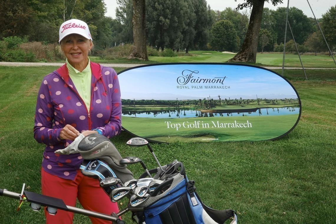 Chris Lang-Ruckhäberle farbenfreudig vor dem Schild des Turniersponsors, Hotel Fairmont Royal Palm Marrakech