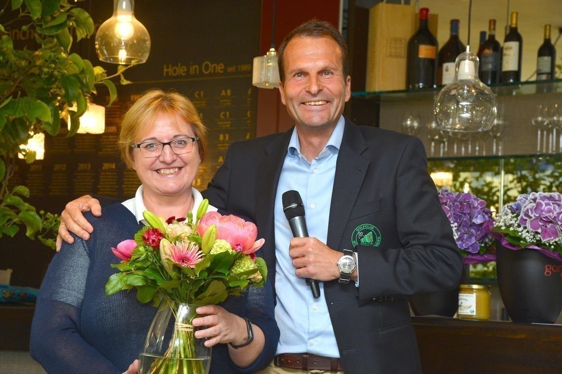 Clubsekretärin Vera Rebetge freute sich über den Blumendank von Geschäftsführer Wolfgang Michel.
