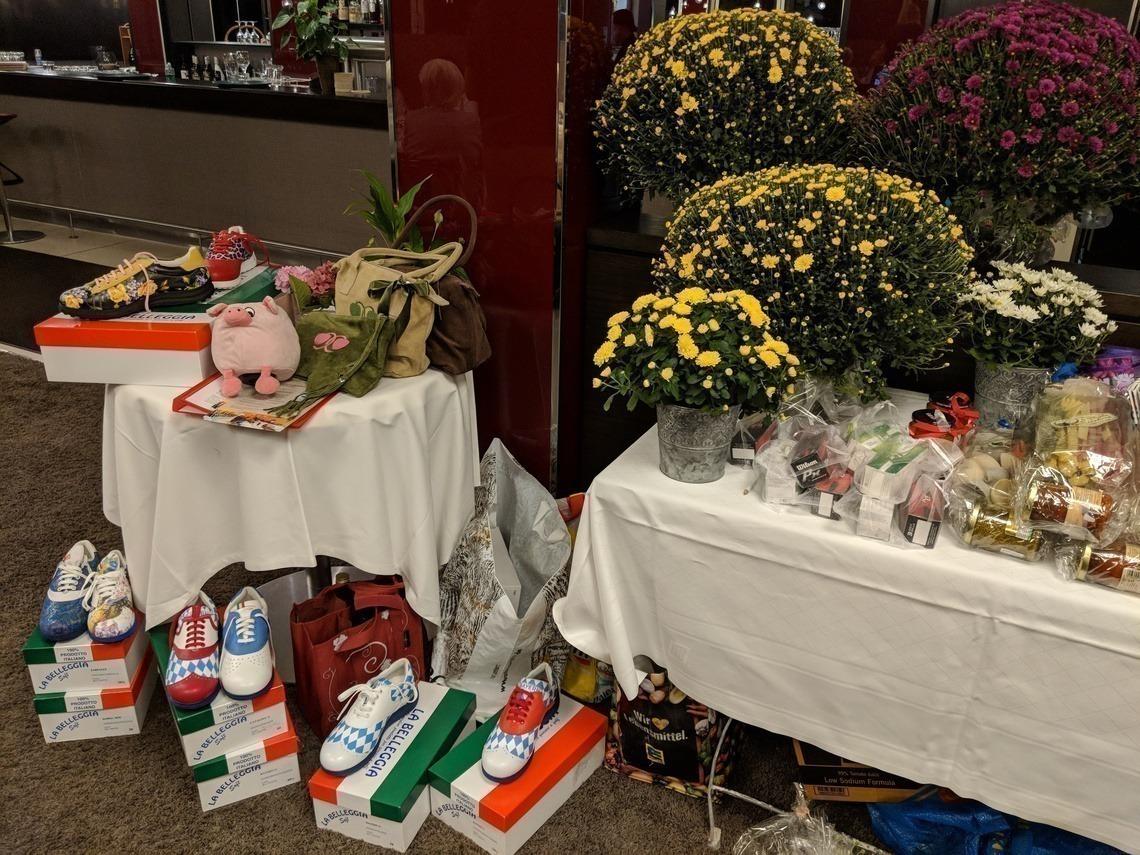 Üppig blühende Blumentöpfe von Tobi Felsner, Belleggia-Golfschuhe, Trachtentaschen, Pasta-Tüten, Bälle uvm. gab es zu gewinnen.