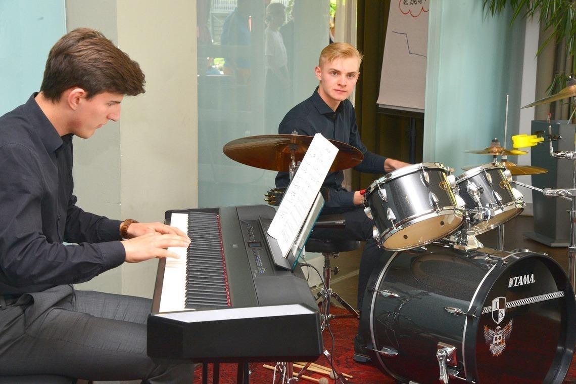 Simon Bauer am Klavier und Moritz Stienen am Schlagzeug zeigten ihr musikalisches Talent.